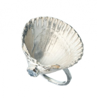 Daisy Knights large silver shell ring