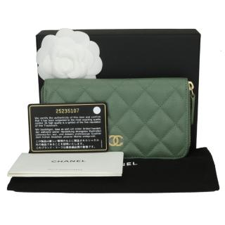 CHANELGreen Caviar Iridescent Medium Classic Zipped Wallet