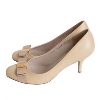 Ferragamo beige leather bow detail pumps